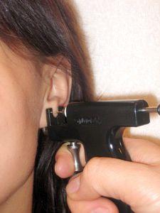 Прокалывание ушей пистолетом