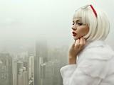 Девушка в шубе из белого меха