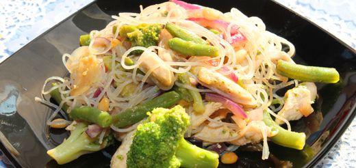 Салат из индейки с брокколи и фунчозой