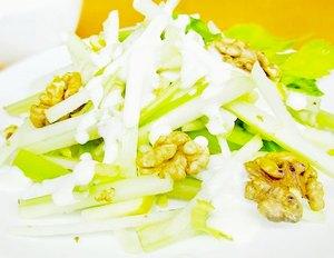 Салат из черешков сельдерея «Вальдорф»